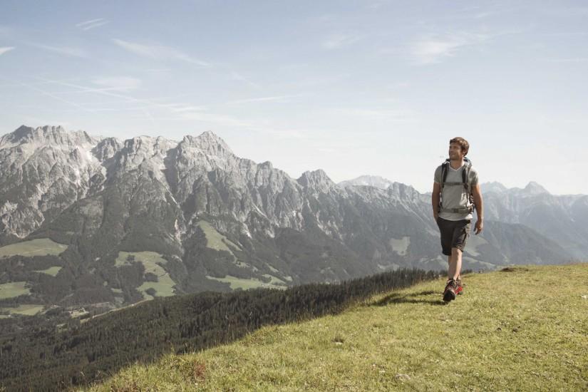 Wandern Sie durch faszinierende Berglanschaften.