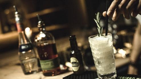The island bar: hier genießt ihr ausgesuchte Barklassiker und phantasiereiche Cocktails und tauscht euren erlebnisreichen Tag mit Freunden aus.