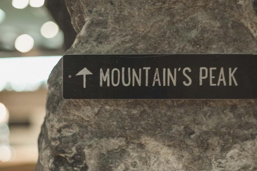 Direkt neben der Bar findet ihr einen über zwei Geschosse reichenden Wein-Humidor und die haushohe Indoor-Kletterwand mit Klettersteig, der direkt zu einer Plattform unter dem Dachgiebel führt: the mountain's peak.