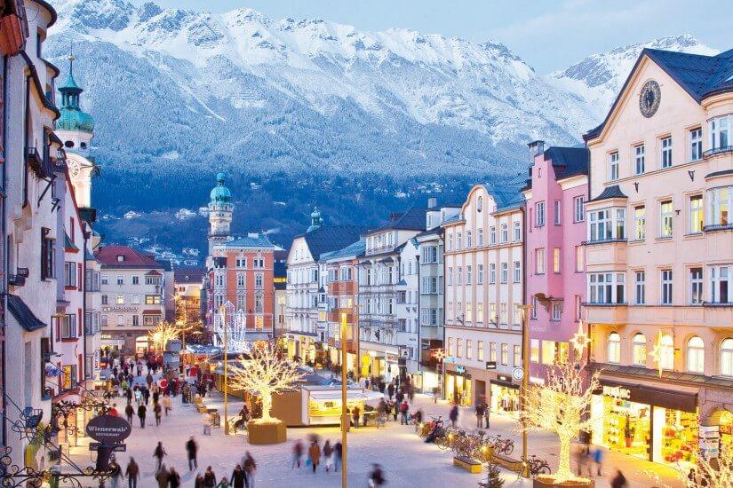Tirol ist eine Region in den Alpen, die sich vom Westen Österreichs bis in den Norden Italiens erstreckt.