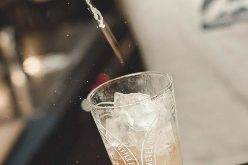 Das Herz von mama thresl schlägt an der großen Insel-Bar. Diese verschmilzt ohne räumliche Trennung mit Empfang, LobbyLounge, Shop und Restaurant zum Zentrum im Erdgeschoss. Hier genießt ihr ausgesuchte Barklassiker und phantasiereiche Cocktails und tauscht euren erlebnisreichen Tag mit Freunden aus.