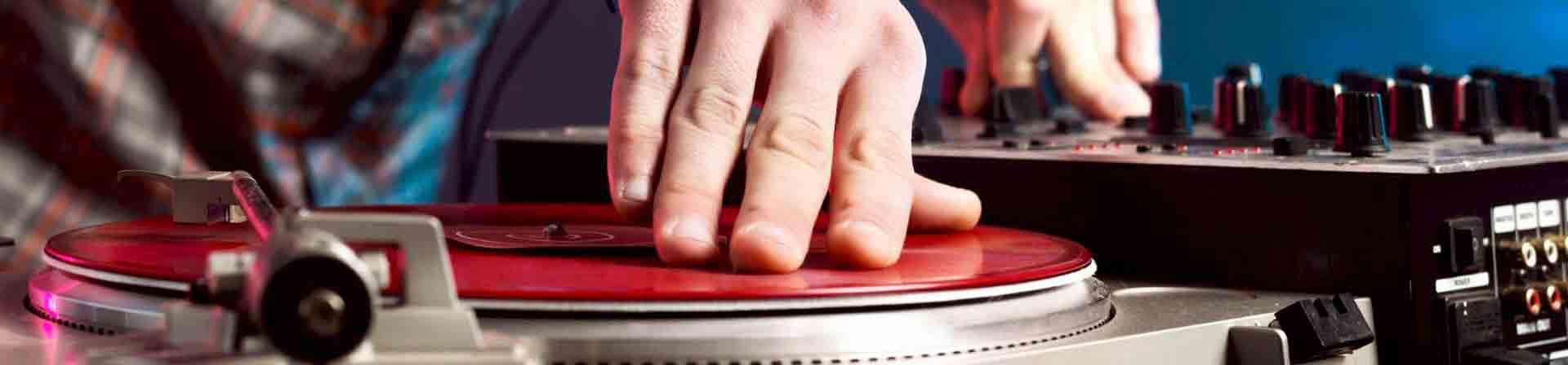 Jeden Donnerstag, Freitag und Samstag sorgen im mama thresl ab 21 Uhr Live-DJs und DJanes für angesagte Beats und coolen Sound.