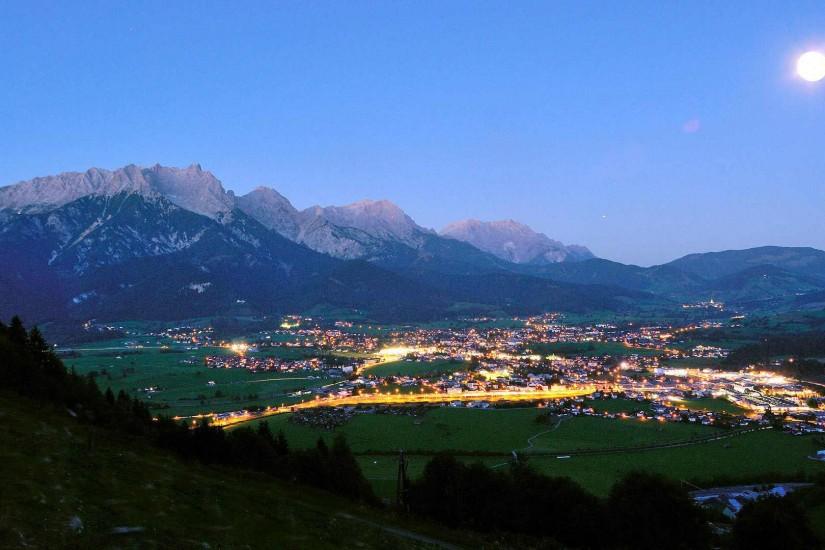 Saalfelden im SalzburgeImmer zum letzten Augustwochenende verwandelt sich die Urlaubstadt Saalfelden zum Nabel der Jazzwelt, die Künstler kommen aus allen Herren Länder um diesem Festival beizuwohnen.r Land bei Nacht