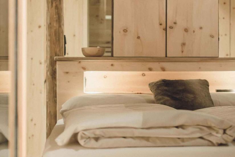 Freistehende Badewanne mit einem Traumblick auf die Pinzgauer Berge und private kleine Sauna zum Entspannen.