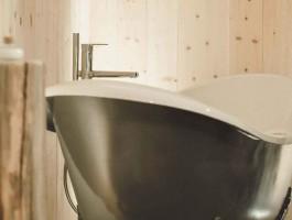 50 Zimmer, alle aus österreichischem Zirbenholz, bieten eine entspannte Wohnwelt, Natursteinwaschbecken und eine freistehende Badwanne sowie ein atemberaubender Blick auf die Leoganger Steinberge